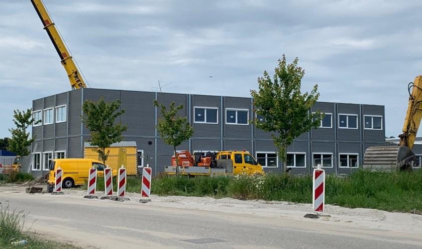De tijdelijke school zal straks naast de permanente school blijven bestaan. De gemeente onderzoekt of verplaatsing van het noodgebouw mogelijk is.