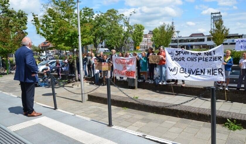 <p>Wethouder Kraaijestein kreeg te maken met protesterende leerlingen van de Theo Thijssenschool, afgelopen juli voor het gemeentehuis.</p>