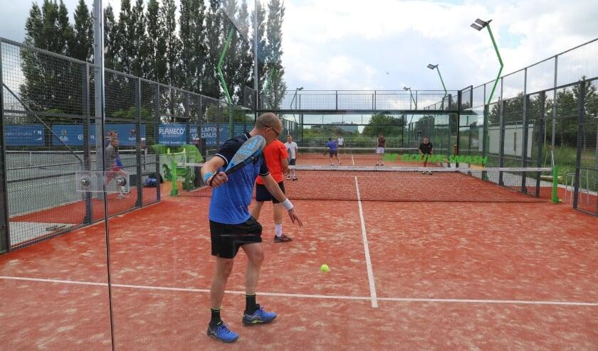 <p>Door de coronacrisis is de liefde voor tennis, &eacute;n padeltennis, sterk toegenomen, weten ze bij De Gouwe Smash.</p>