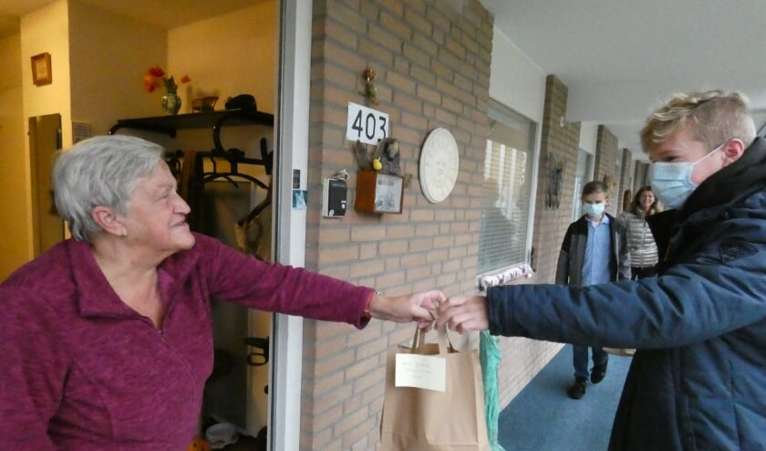 <p>Gerrie Paling krijgt de soep aangereikt van Bart den Dekker.</p>