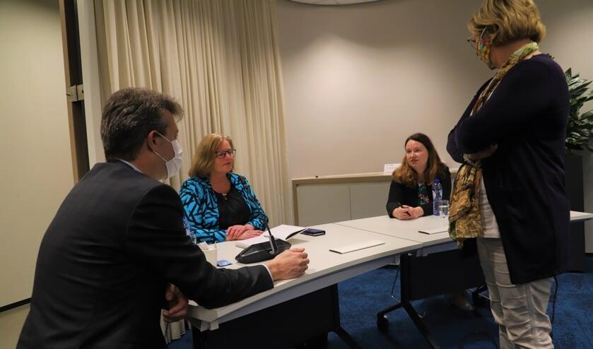 <p>Van links naar rechts: Martijn Kortleven, Brigitte Leferink en Kirsten Schippers. De gemeentesecretaris kijkt toe.</p>