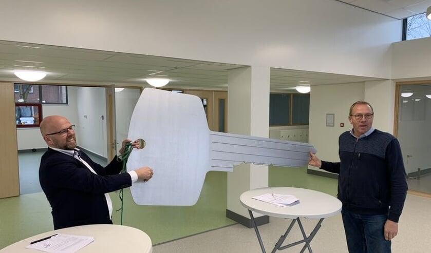 <p>Schooldirecteur Damsteeg en de projectleider van Boer Bouw openden symbolisch het nieuwe schoolgebouw, in november vorig jaar.</p>