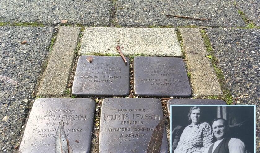 <p>Struikelstenen in Zwijndrecht van Elias Levisson, zijn zoons en zijn vrouw Maria Woudhuijsen. Inzet: Maria en Elias.</p>