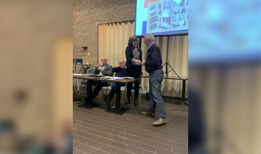 De heer Spek overhandigde het oorlogsdagboek van zijn vader aan de voorzitter van de HVM, Marijke Edel.