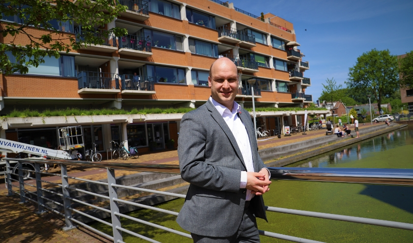 Wethouder Jan Willem Schuurman bij winkelcentrum Dorrestein in Nieuwerkerk aan den IJssel.