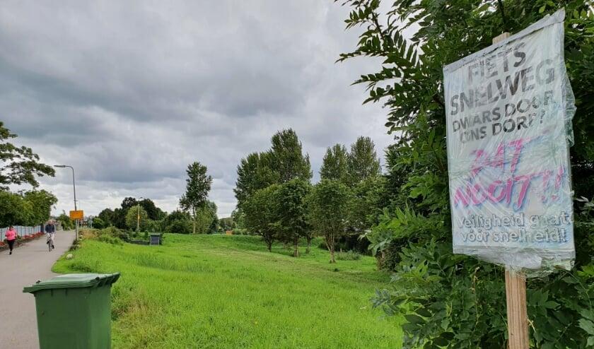 Op de Oost Ringdijk laten tegenstanders weten geen snelfietsroute door Moordrecht te willen.