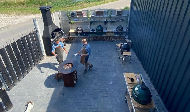 Zaat en Twigt hebben in hun workshopruimte en -tuin een arsenaal aan keramische barbecues, vuurschalen en een braai staan. Foto:  © HvH Zuidplas