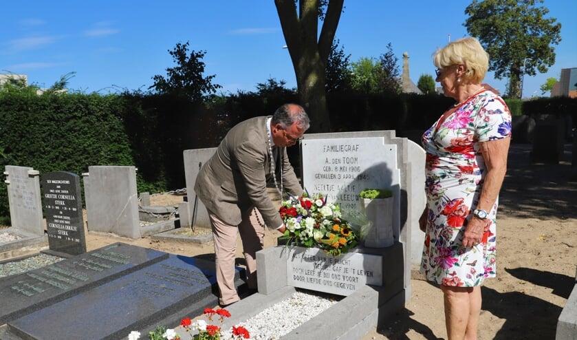 Burgemeester Han Weber en Ardien den Toom, het nichtje van Arie den Toom, bij zijn graf.