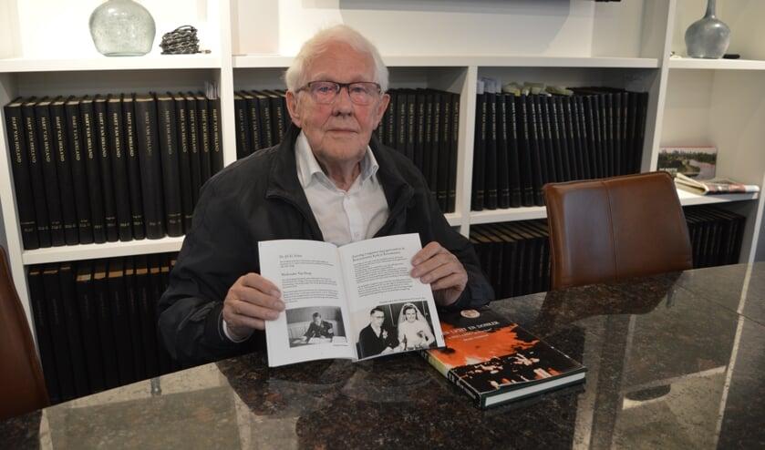 Veerman met zijn nieuwste, en oudste boek over de oorlog in Zevenhuizen.