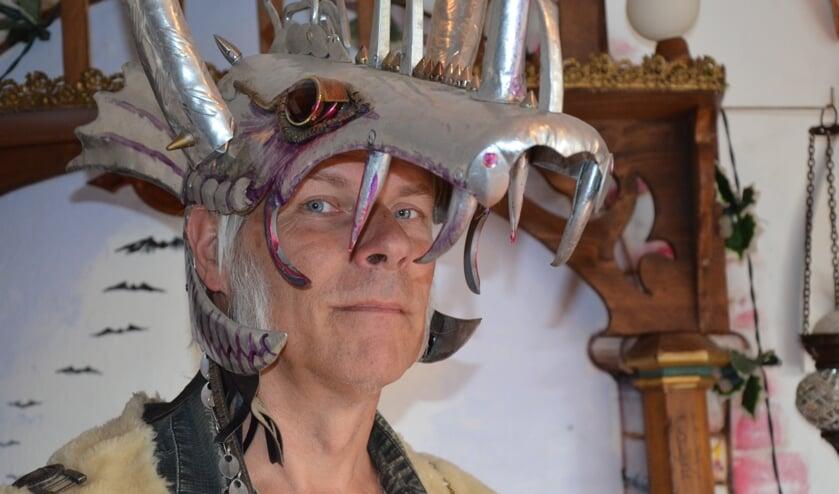 Ed Vieveen met zijn zelfgemaakte masker van aluminium.