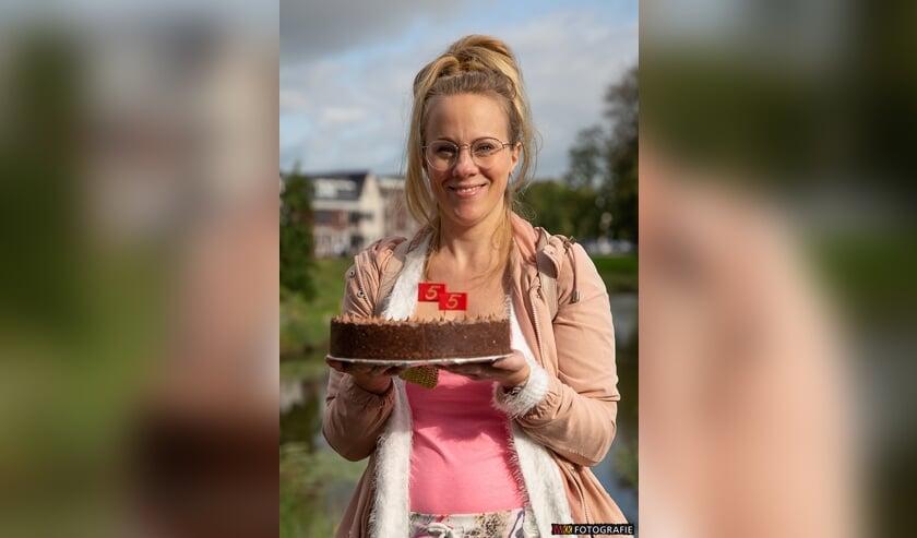 Nadine Stofberg won met haar taart de wedstrijd 'Waddinxveen Bakt!'