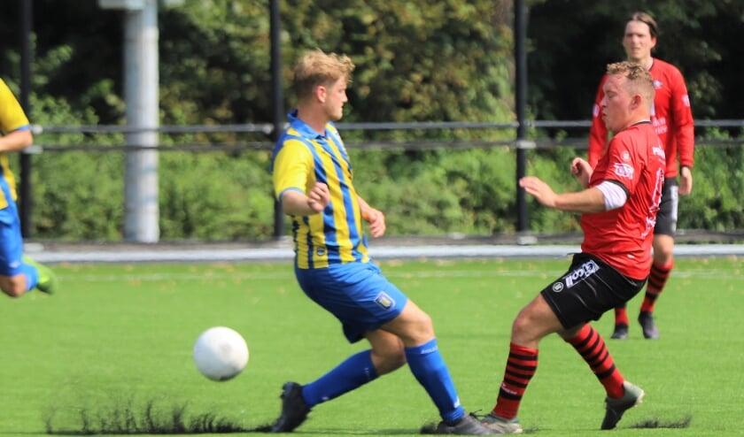 Remco Langerveld in actie in de eerste oefenwedstrijd tegen Hillegersberg, waarin hij geblesseerd raakte.