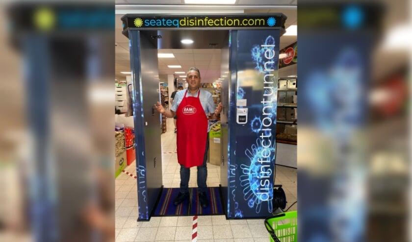 Desinfectietunnel bij de supermarkt aan de Brederolaan. (foto: pr)