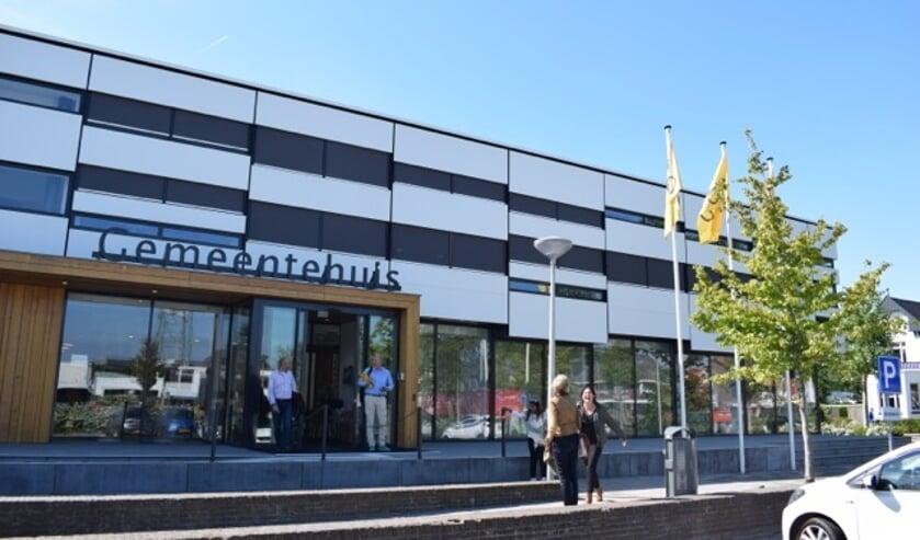 Het gemeentehuis van Waddinxveen waar woensdagavond een spoeddebat werd gehouden. (archieffoto: Hart van Holland)