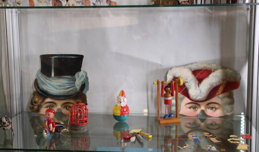 Een deel van een vitrine uit de tentoonstelling over speelgoed door de jaren heen.