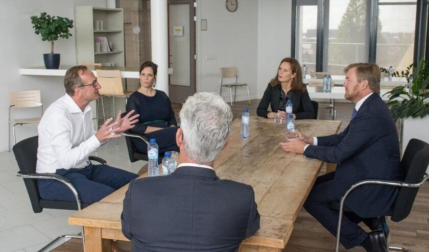 De koning sprak met bron- en contactonderzoekers, artsen en de directeur van de GGD.