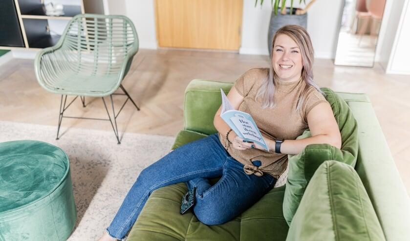 <p>Stefanie van Pelt met haar boek &#39;Hoe start ik een webshop?&#39;</p>