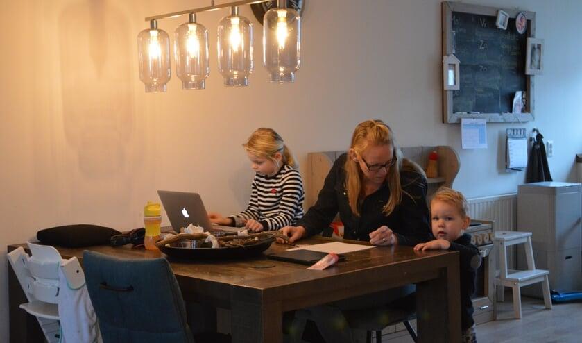 <p>Wendy de Lavoir thuis met dochter Bente en zoon Matz.</p>
