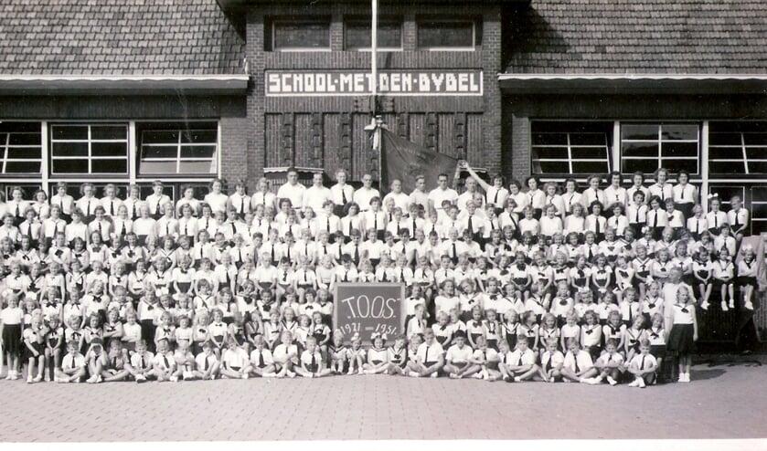 <p>Op de foto met de hele club in 1951, het jaar dat TOOS dertig jaar werd.</p>