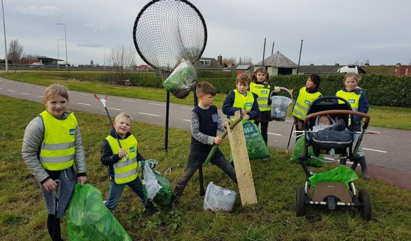 <p>Kinderen uit de buurt van de Henegouwerweg worden door Willem van Dorp aan &#39;het werk&#39; gezet met prikkers en afvalzakken.</p>