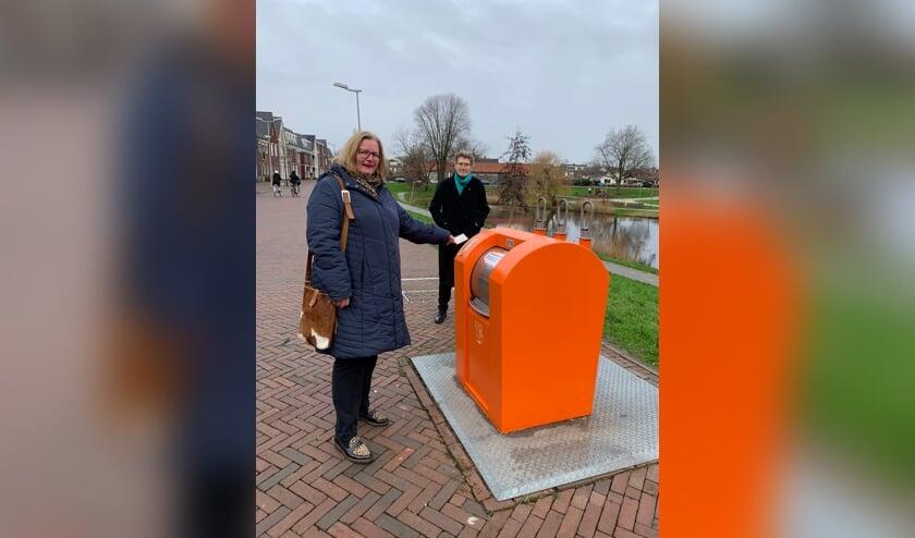 <p>Wethouder Brigitte Leferink en Linda Boot, directeur van Cyclus, namen de pmd-container officieel in gebruik.</p>