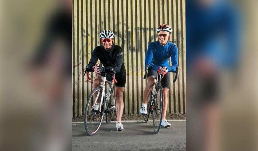 <p>Pieter Westdijk (links) en Jasper Hulst gaan samen de Mont Ventoux op in september.</p>