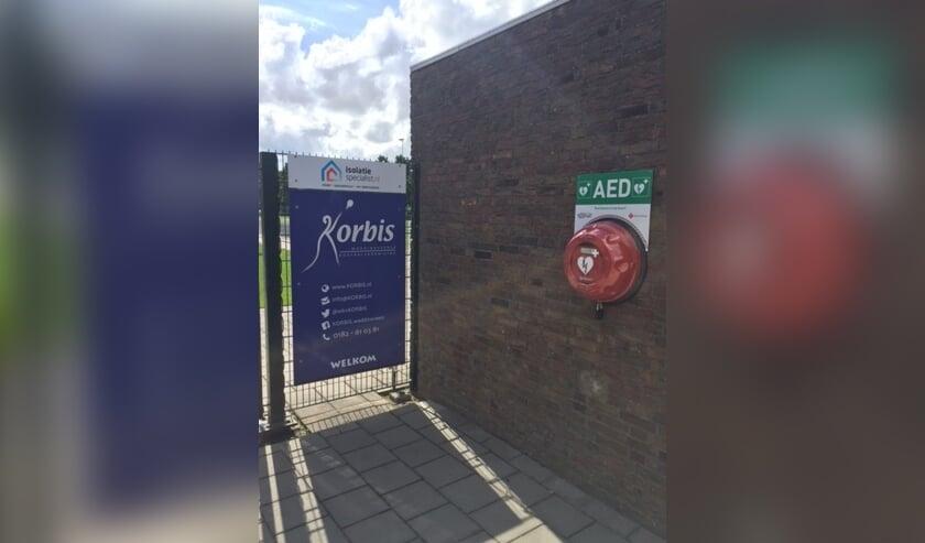 <p>Een AED bij het sportcomplex van Korbis.</p>