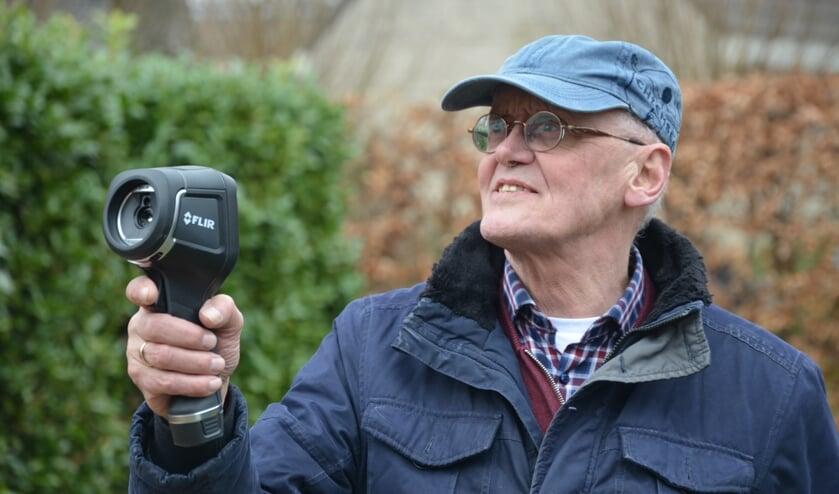 <p>Doede Bakker voert als vrijwilliger warmtescans uit in Moordrecht, dit gaat het best bij koud en bewolkt weer.</p>