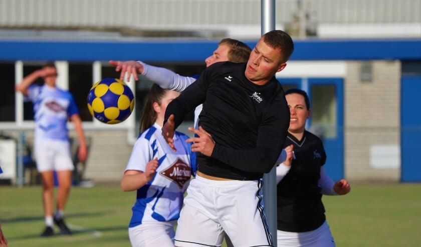 <p>De jongvolwassenen van Korbis in de aanval in de wedstrijd tegen de A1.</p>