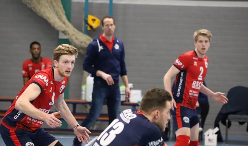 <p>Max Nieuwstadt (links) in de wedstrijd tegen SSS.</p>