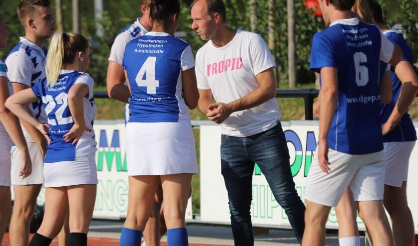 <p>Trainer Marco van Leeuwen in &eacute;&eacute;n van de laatste wedstrijden van Korbis.</p>