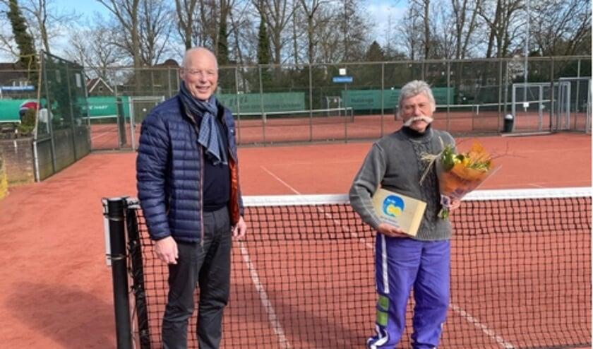 <p>Aat van Gemmert werd door Be Fair-voorzitter Arie Boonstoppel in het zonnetje gezet.</p>
