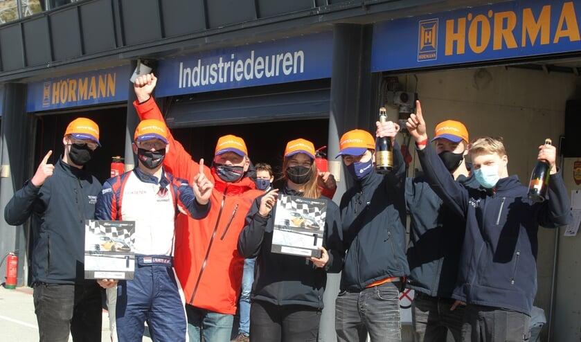 <p>Laurens de Wit (tweede van links) met zijn team bestaande uit studenten.</p>