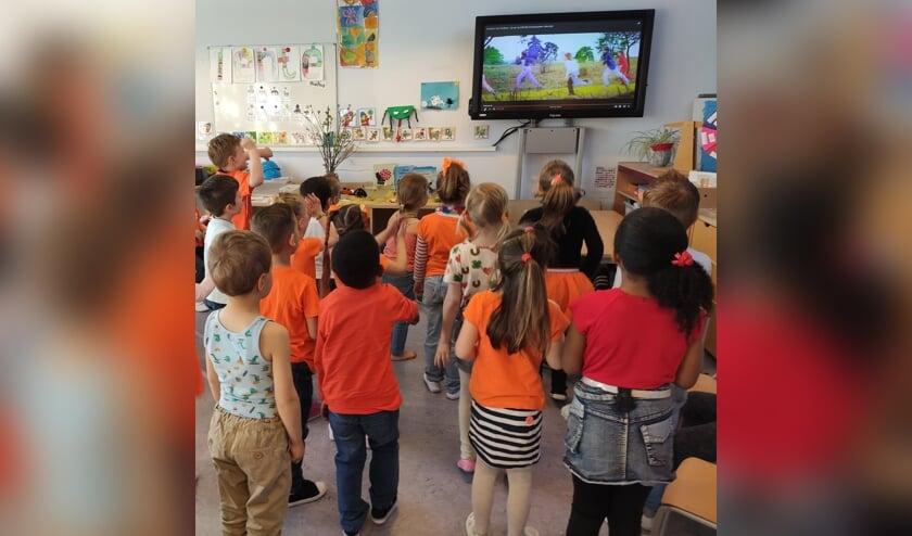 <p>Leerlingen van &#39;t Reigerbos volgen de verrichtingen van Kinderen voor Kinderen en zingen en dansen mee.</p>