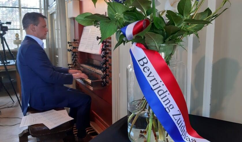 <p>Andre van Vliet op orgel tijdens het Bevrijdingsconcert vanuit de Moordrechtse Dorpskerk.</p>