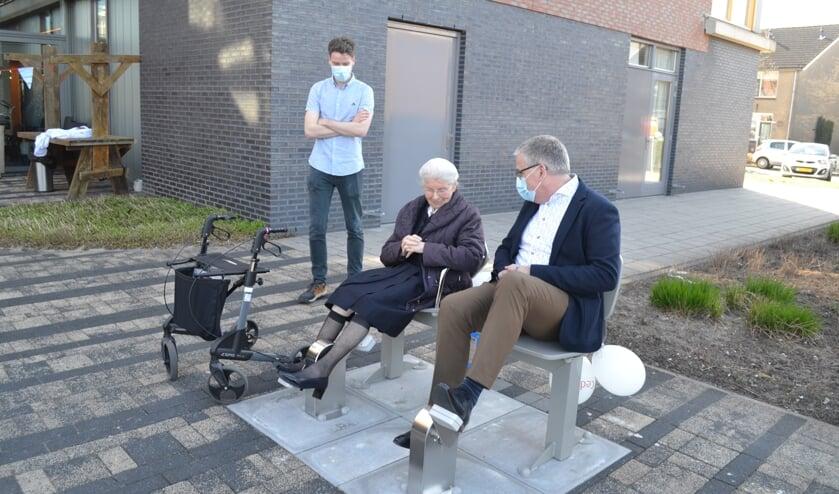 <p>Jochem Klomp kijkt toe als een van de bewoners en Hans Klijnsmit van de Vrienden van Beth-San de apparaten in gebruik nemen.</p>