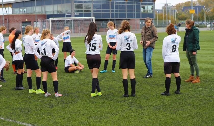 <p>Be Fair meisjes onder 17 jaar maken zich klaar voor een wedstrijd tegen de jongens van de club.</p>