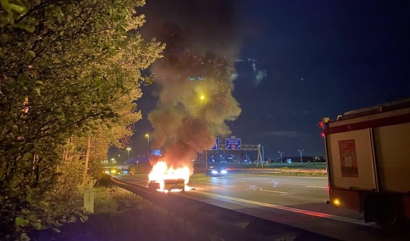 <p>De brandweer kon niet voorkomen dat de auto helemaal uitbrandde. (foto: AS Media)</p>