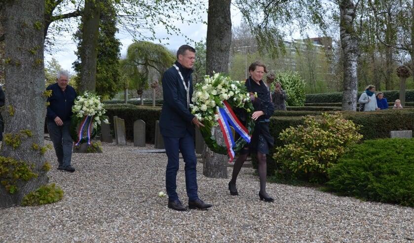 <p>Het burgemeestersechtpaar legde ook bij de oorlogsgraven op de oude begraafplaats een krans.</p>
