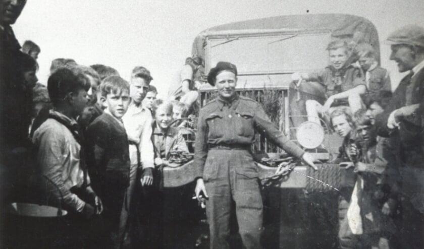 <p>De foto die vermoedelijk op 9 mei 1945 is gemaakt, toen Engelse bevrijders onder grote belangstelling op de rijksweg stonden.&nbsp;</p>