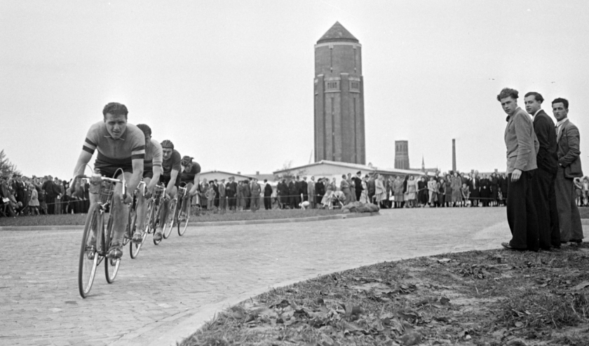 De Osse wielerronde raast op 15 mei 1949 onder grote belangstelling langs de Watertoren. Foto: Daan Scholte, collectie Stadsarchief Oss.