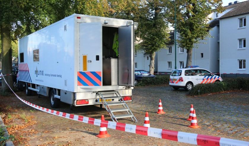 Politie is met groot materiaal aanwezig bij de woning in Cuijk. (foto's: SK-Media)