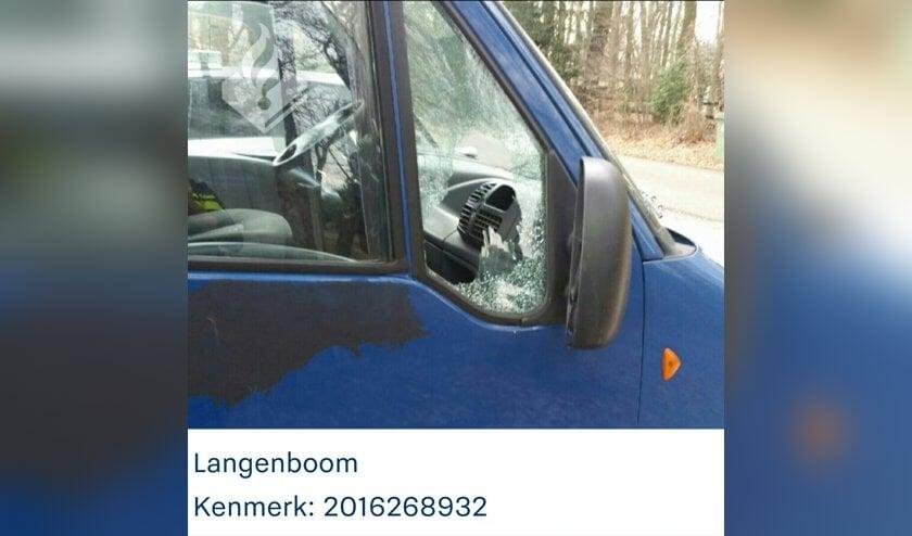 Auto vernield in Langenboom; politie zoekt getuigen. (foto: Politie Mill & Sint Hubert)