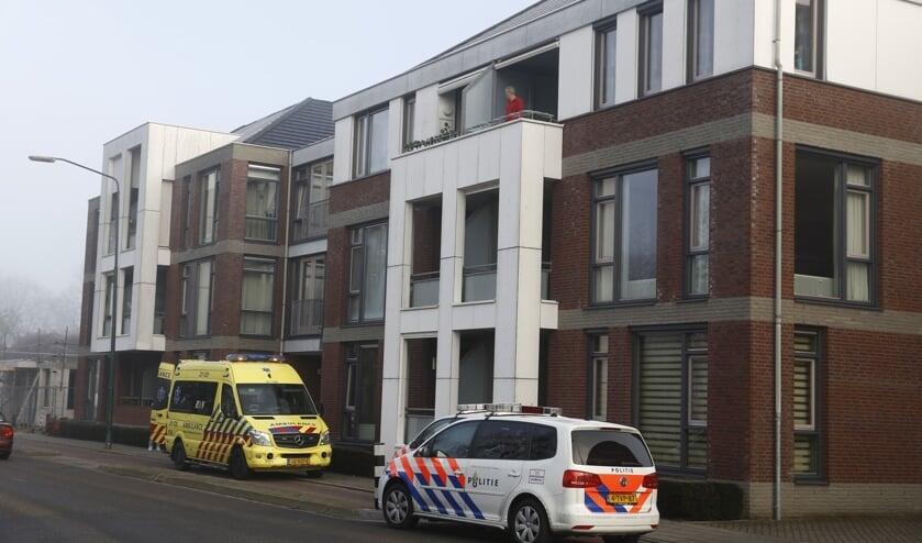 Hulpdiensten aanwezig bij appartementencomplex in Cuijk. (foto: SK-Media)