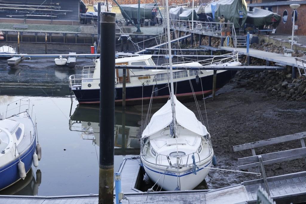 De jachthaven in Grave is, net als die in Cuijk en Gennep, (deels) drooggevallen. (foto: SK-Media)  © 112 Brabantnieuws