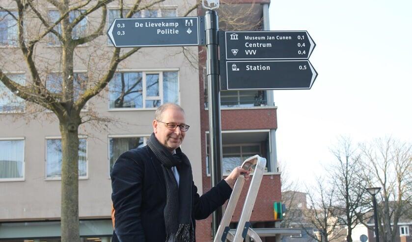 Wethouder Gé Wagemakers heeft vanmiddag officieel de nieuwe bewegwijzering onthuld voor hetOssecentrum.