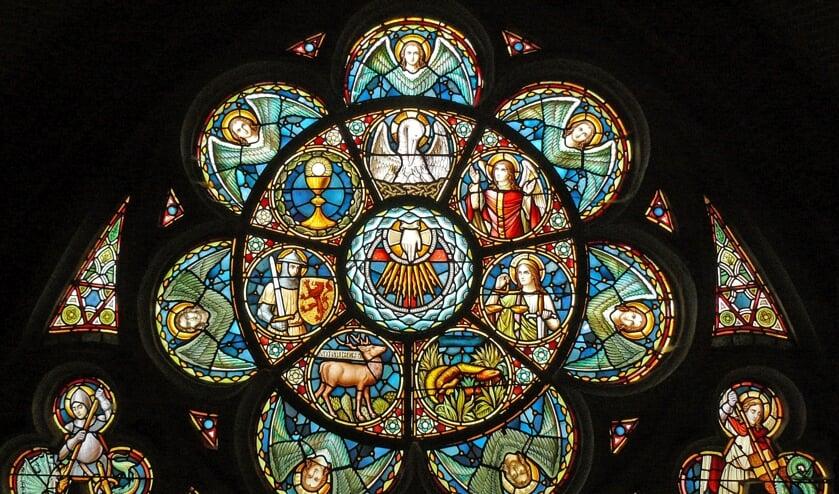 Roosvenster: De hand van God met de zeven christelijke deugden (Foto: Henk van der Voort).