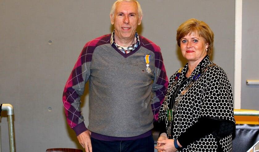 Adrie Noij werd zondag geridderd. Rechts: burgemeester Marleen Sijbers.