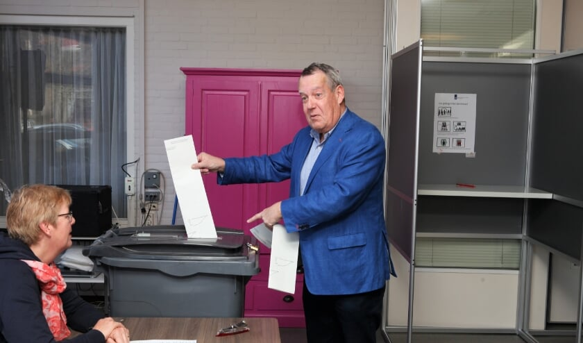 <p>Wethouder Harry van Rooijen stemt voor de Tweede Kamerverkiezingen in 2017.</p>