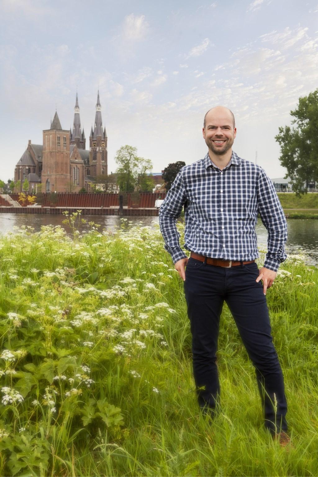 Martijn Schwillens aan de Maas, met 'zijn' Cuijk op de achtergrond. (foto: Diana Derks)  © Kliknieuws De Maas Driehoek